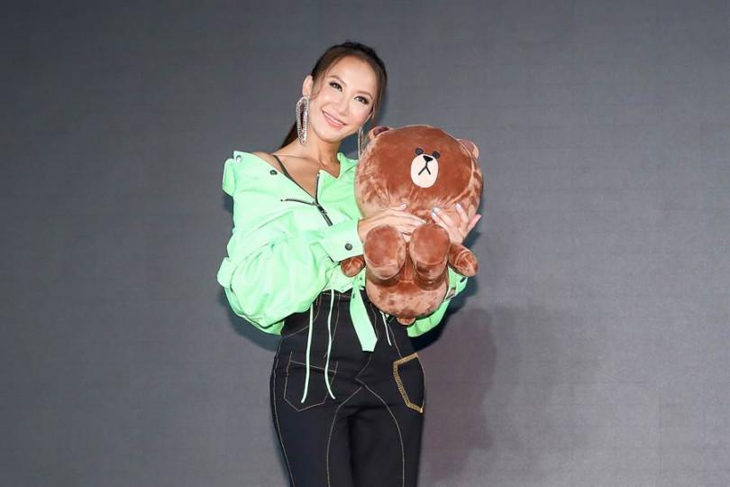 李玟與吉祥物熊大一同入鏡合照。(攝影/張祐銘)