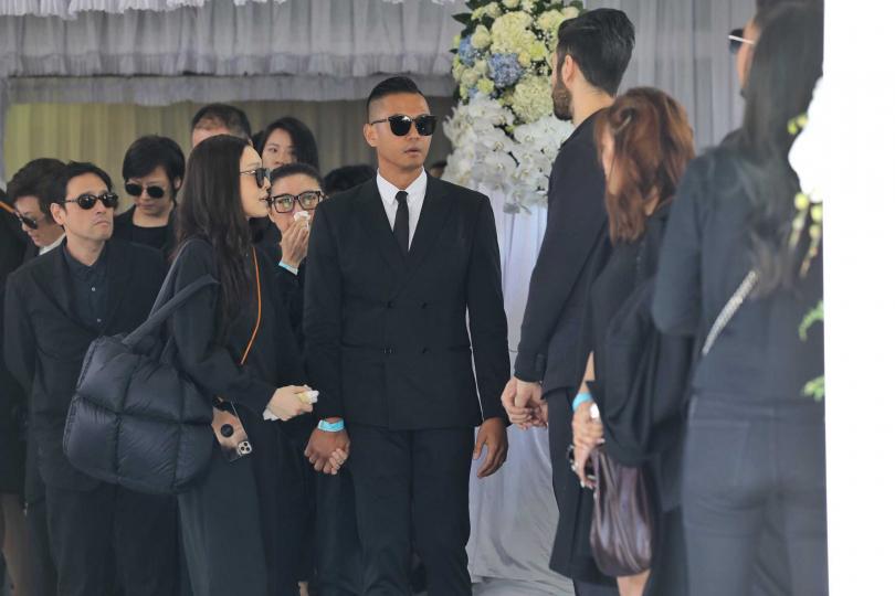 演藝圈星友陳建州、范瑋琪夫婦,今也現身高以翔告別式。(圖/張祐銘攝)