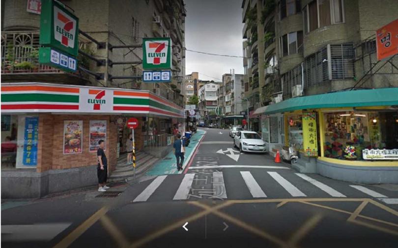 Albee在此路口掉了手機,拾獲的男子轉頭走進店家,疑似想變賣。  (圖/翻攝google map)
