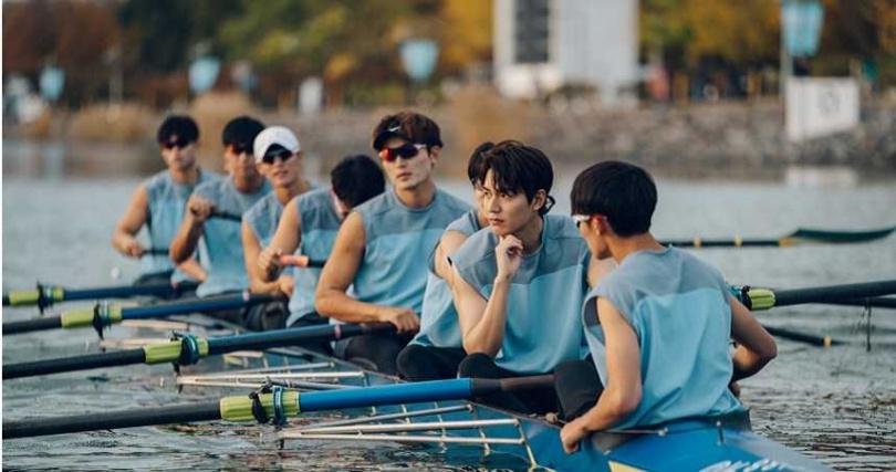 李敏鎬划雙槳艇依然帥氣。