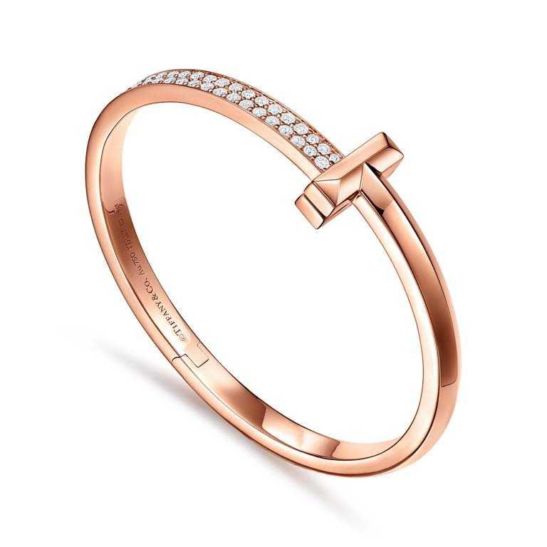 TIFFANY & CO.「Tiffany T1系列」,18K玫瑰金鑲鑽寬版手環╱600,000元。(圖╱TIFFANY & CO.提供)