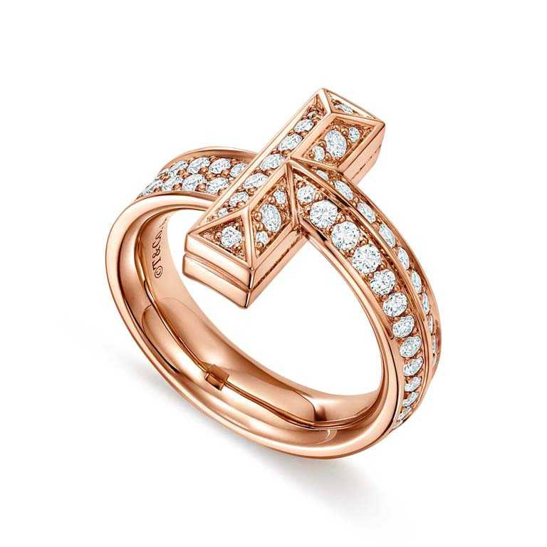 TIFFANY & CO.「Tiffany T1系列」,18K玫瑰金鑲鑽寬版戒指╱177,000元。(圖╱TIFFANY & CO.提供)