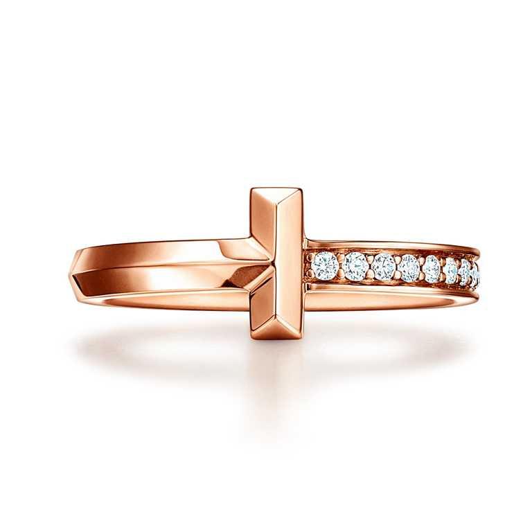 TIFFANY & CO.「Tiffany T1系列」,18K玫瑰金鑲鑽窄版戒指╱53,000元。(圖╱TIFFANY & CO.提供)