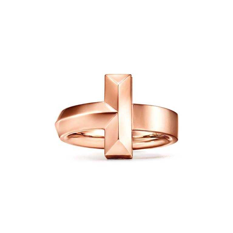TIFFANY & CO.「Tiffany T1系列」,18K玫瑰金寬版戒指╱67,000元。(圖╱TIFFANY & CO.提供)