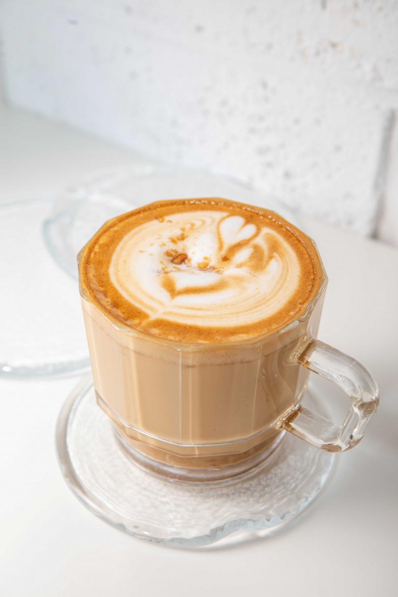 「花生拿鐵」在咖啡中加入福源花生醬,串連起「食在新竹、共創共生」的理念。(150元)