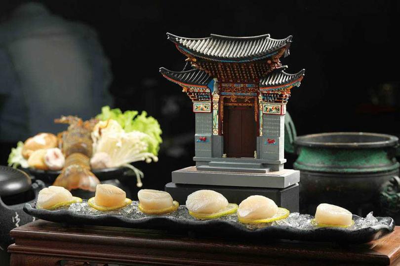 單點的干貝,是以特別打造的容器盛裝,一整座廟的造型令人莞爾。(288元)(圖/于魯光攝)