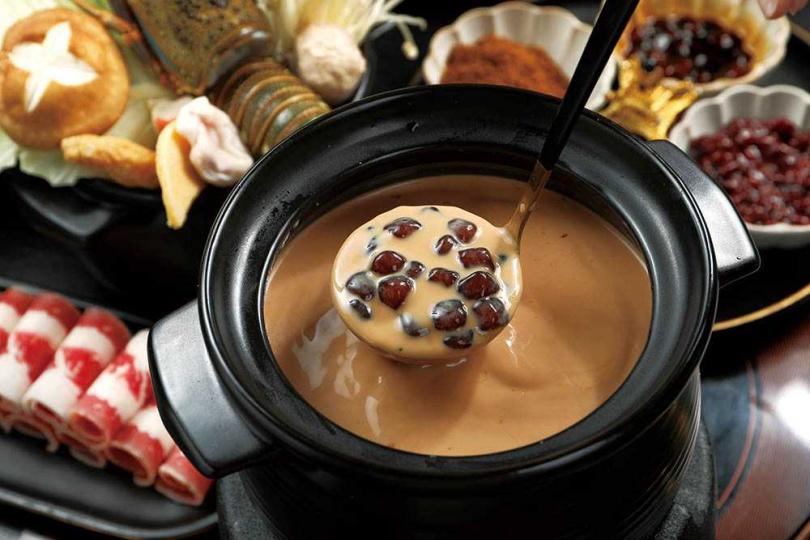 「幸福糖黑糖珍珠奶茶」是店內招牌,許多客人都是衝著它而來。(貴妃獨享鍋188元,加價188元多小龍蝦1隻)(圖/于魯光攝)