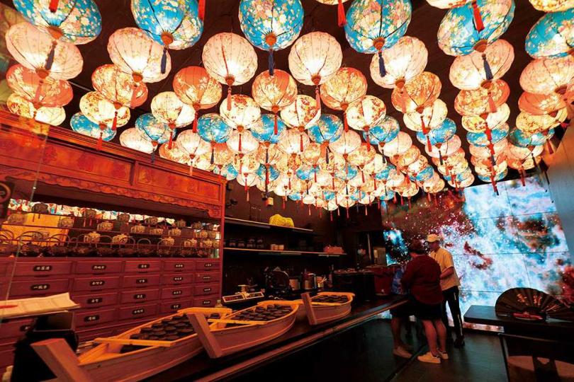 「幸福金龍鍋」空間特意設置多個打卡造景,吸引網美上門。(圖/于魯光攝)