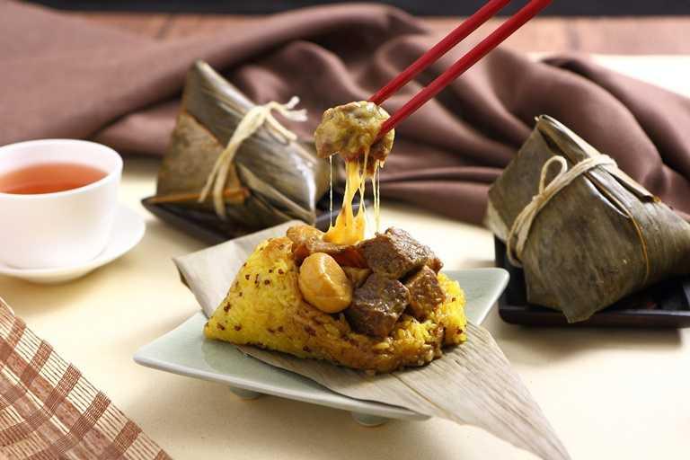 葡式咖哩和牛粽,嚴選和牛臉頰部位,以葡式咖哩醬與新鮮時蔬滷製2小時以上,再以兩種起司及雞腿菇一同包製。