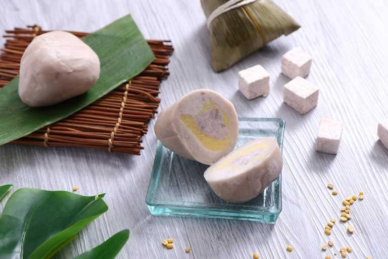 荔蓉綠豆沙粽,主廚自製豆沙餡,加入蜜芋頭豐富口感,外皮則是用糯米加入芋頭所製成,品嚐時甜而不膩,清爽順口。