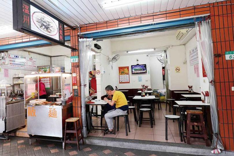 中華商場拆遷隔年,李蓮蕉與丈夫向一對賣蔥油餅的老夫婦頂下現在的店面。(圖/于魯光攝)