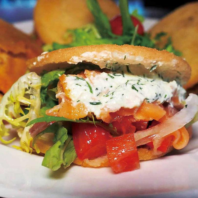 阿里巴「鮭魚人」以煙燻鮭魚搭配黑橄欖酸豆沙拉,風味清爽。(190元)(圖/餐廳提供)