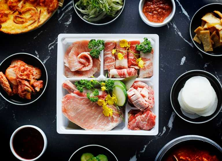 「伊比利生菜包肉組」匯集伊比利豬多種部位,並附上生菜、泡菜、醃漬小黃瓜及白蘿蔔,還原餐廳美味。