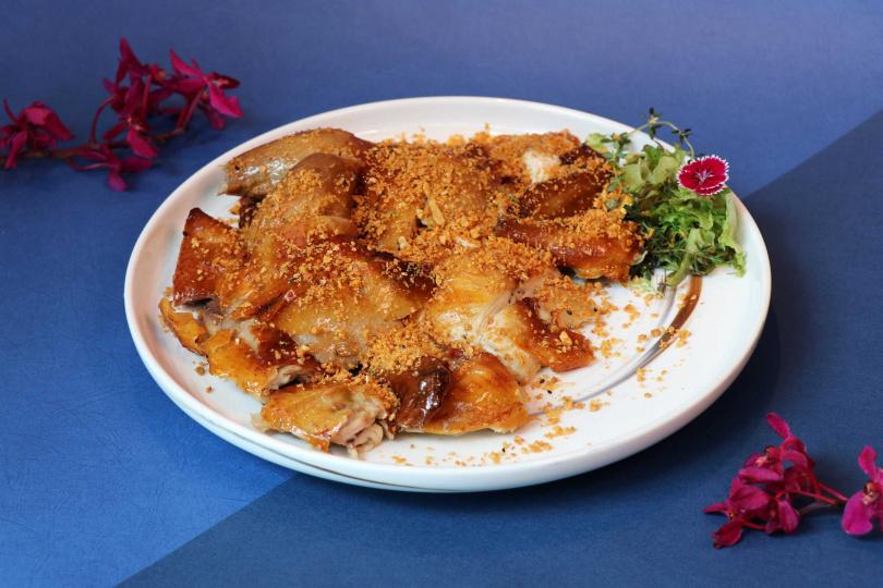 萬麗軒主廚推薦單點菜色480元起,圖為「大漠風沙吊燒雞」。(圖/台北士林萬麗酒店)