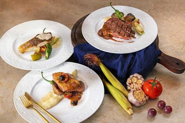 「豪飽海陸饗宴」共有六道主菜可選,從肋眼牛排到德國豬腳,都能無限續點。