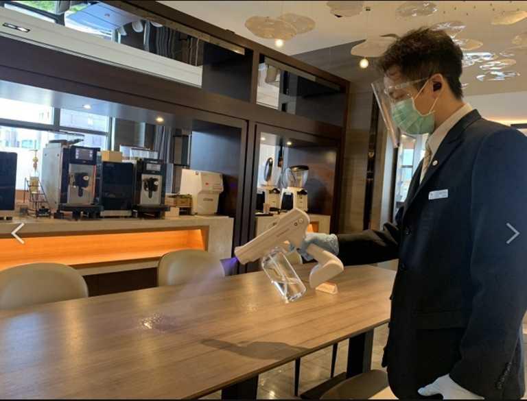 為提升館內防疫工作,飯店實施管制出入口、設置紅外線測量儀、桌距1.5公尺、同桌用餐須設置隔板或梅花座等多項措施。
