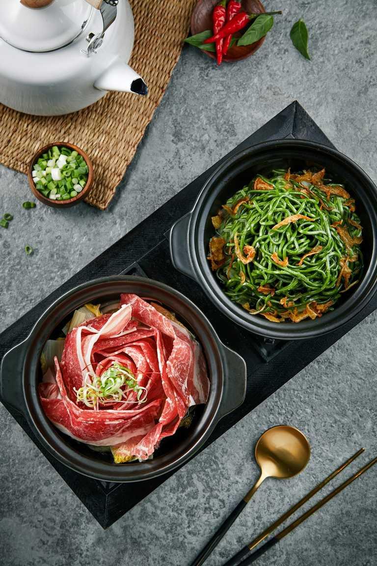 「小覓秘Little Secret」新菜組合「鮮燙玫瑰牛湯」,搭配深綠色系的「古早味蒜香乾拌麵」,配色雅致。(327元)