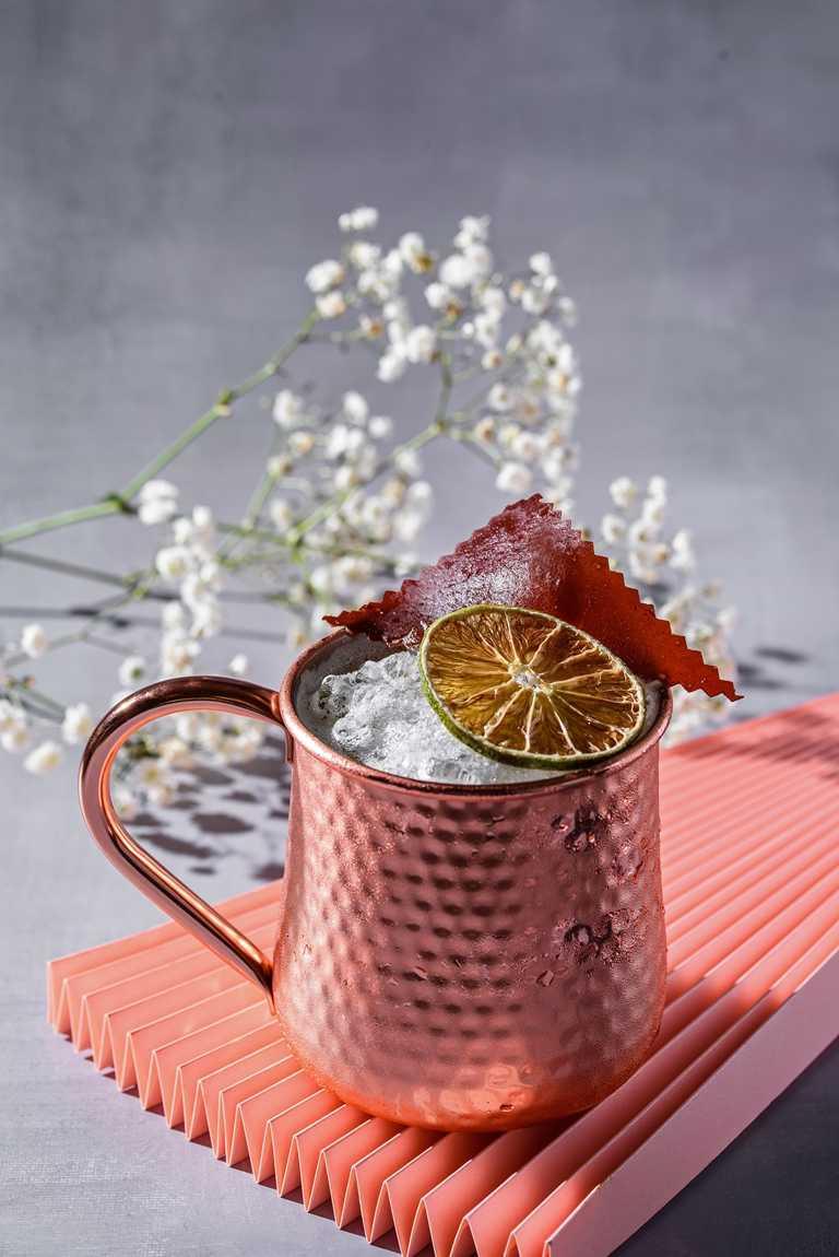 小覓秘Little Secret調酒彩虹橋的神話,以小米酒作為基底,並融入薑味伏特加,以拉茶方式呈現。(請勿酒駕,未滿18歲請勿飲酒)