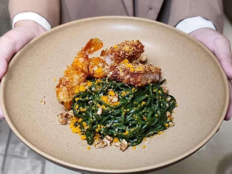 淘金流沙雙拼乾拌麵用上溫和無負擔的金莎醬,再搭配菠菜麵與炸豬排、炸蝦等主食。(277元)