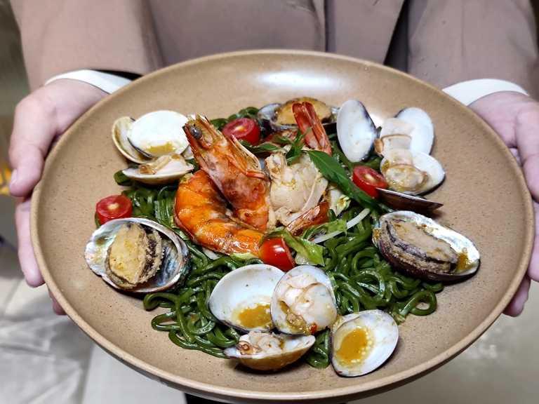 隱藏版的「泰式海鮮乾拌麵」,特製酸辣醬展現清爽開胃的泰式風味。