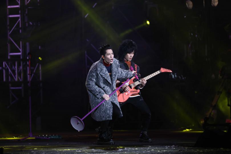 連趕北高跨年演唱的蕭敬騰,領軍的獅子LION演唱新歌〈美麗、醜與我〉。(圖/攝影彭子桓)