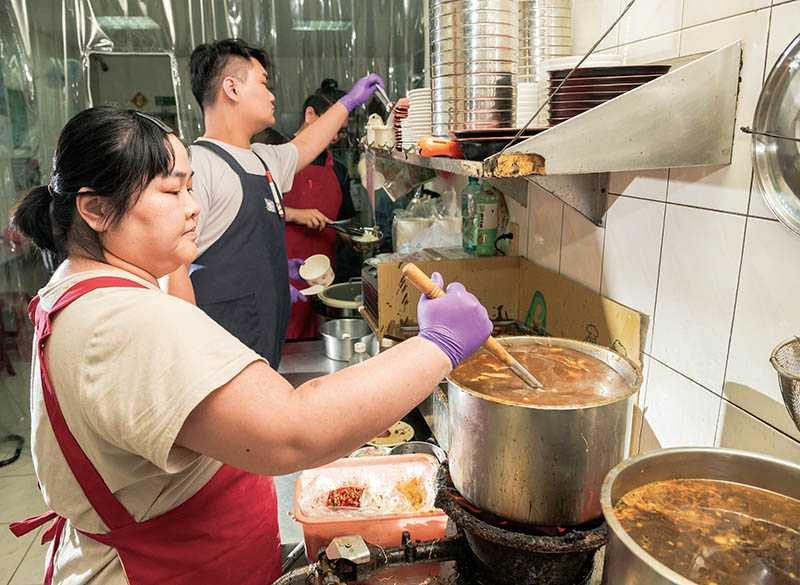 「虱目魚蓋飯」的魚肉是添加了祕製湯頭與豆豉烹煮而成。(圖/張祐銘攝)