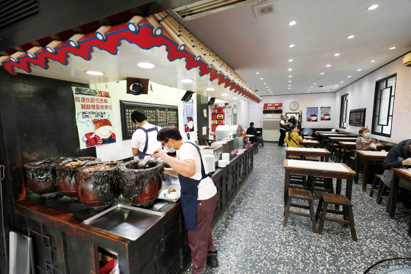 即便非用餐時間,「可口豬腳大王」內仍有不少客人來大飽口福。(圖/于魯光攝)