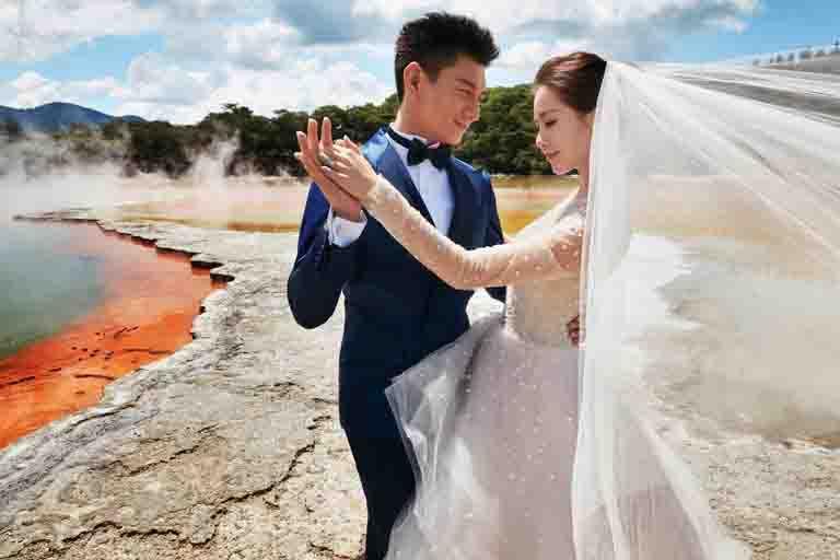 演員吳奇隆和劉詩詩的浪漫世紀婚禮,包括訂婚鑽戒、結婚對戒即是選擇DE BEERS的婚戒,並將彼此姓名用數字密碼鐫刻在對戒上,銘記恆久幸福。(圖╱DE BEERS提供)