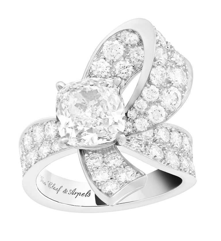 Van Cleef & Arpels「Bridal系列」Boucle單顆鑽石戒指╱3,200,000元。(圖╱VCA提供)