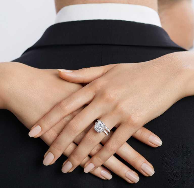 HARRY WINSTON「The One系列」枕型切工鑽石婚戒╱價格店洽。(圖╱HARRY WINSTON提供)