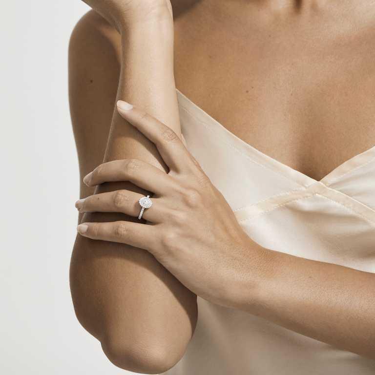 DE BEERS「Aura系列」鉑金橢圓形切割單鑽戒指╱565,000元。(圖╱DE BEERS提供)