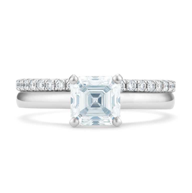 DE BEERS「DB Classic系列」鉑金正方形祖母綠式切割單鑽戒指╱464,000元。(圖╱DE BEERS提供)