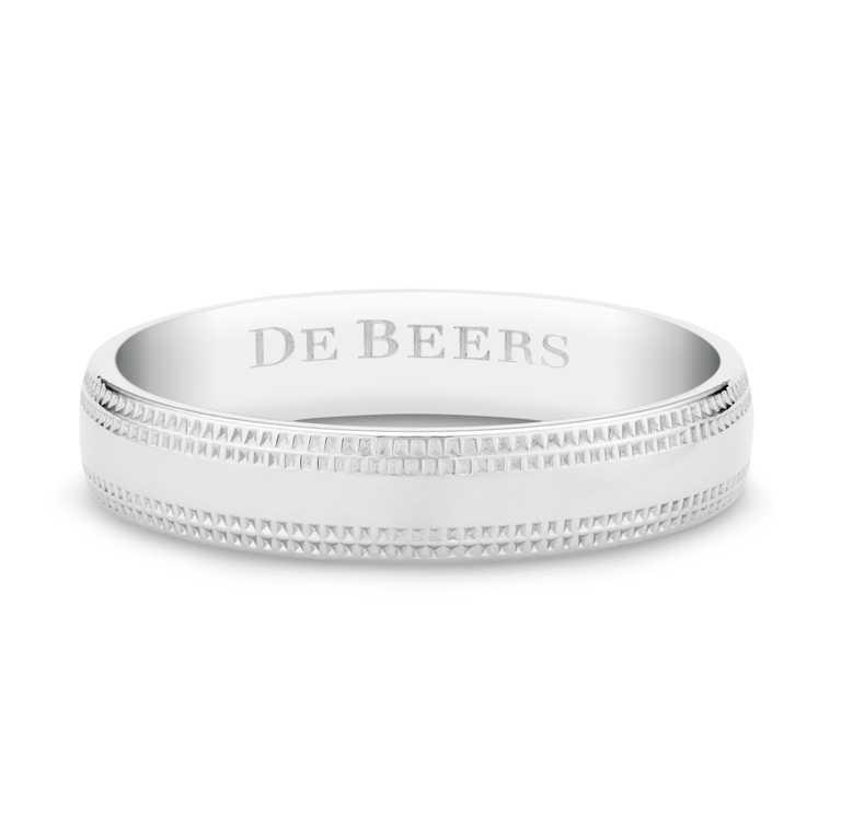 DE BEERS「Wide Court」鉑金鑿點金工戒指╱57,000元。(圖╱DE BEERS提供)