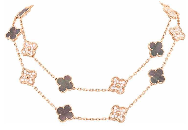 Van Cleef & Arpels「Vintage Alhambra系列」灰色珍珠母貝鑲鑽長項鍊╱1,780,000元。(圖╱Van Cleef & Arpels提供)