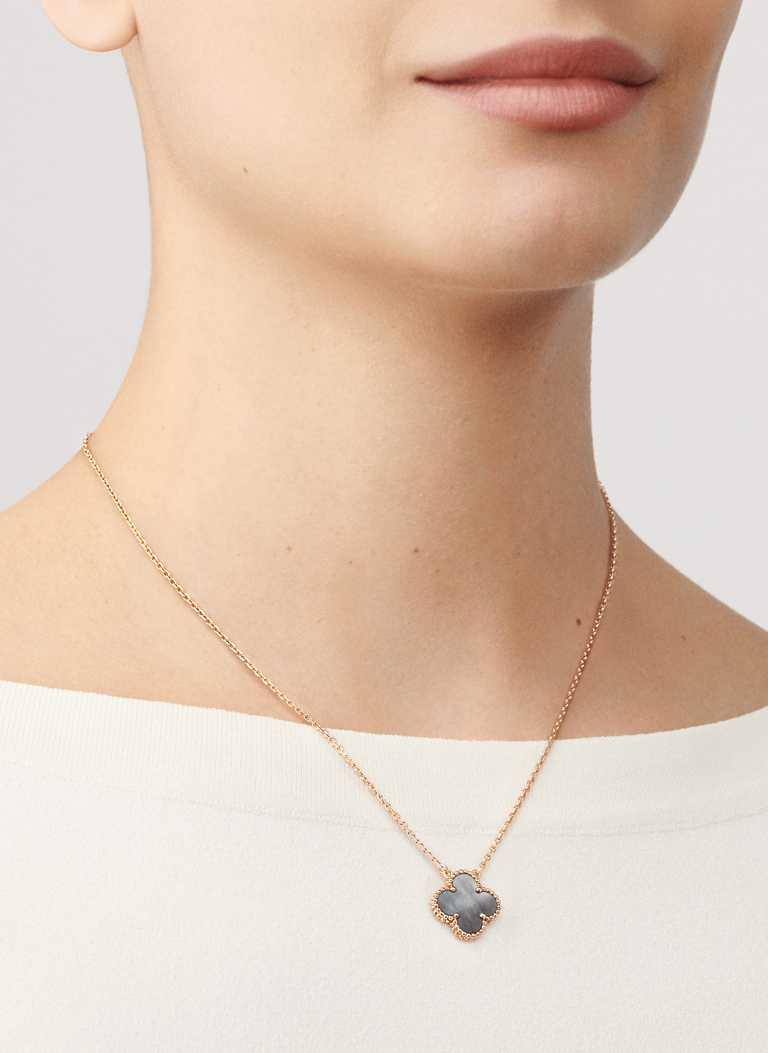 Van Cleef & Arpels「Vintage Alhambra系列」灰色珍珠母貝長項鍊╱80,000元。(圖╱Van Cleef & Arpels提供)