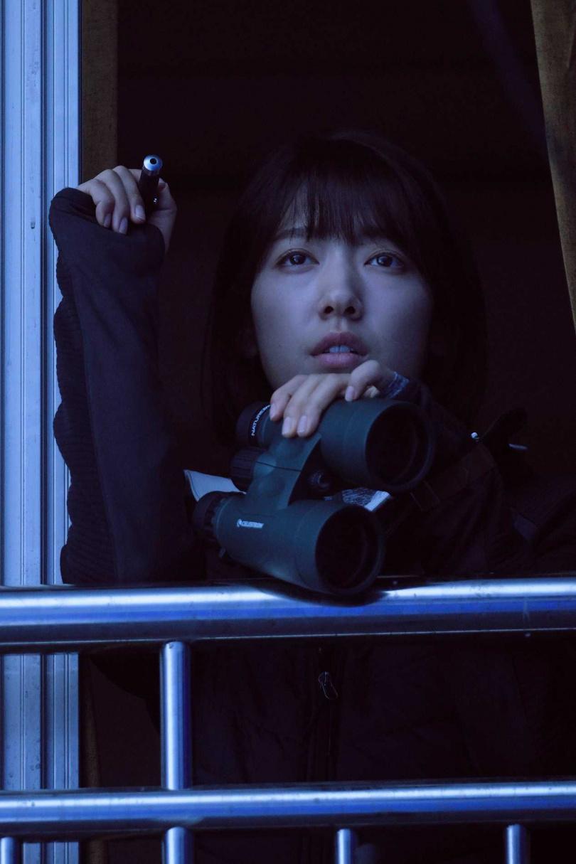 朴信惠在電影中忙著想方設法活下去,與劉亞仁之間毫無浪漫的愛情戲。(圖/Netflix提供)