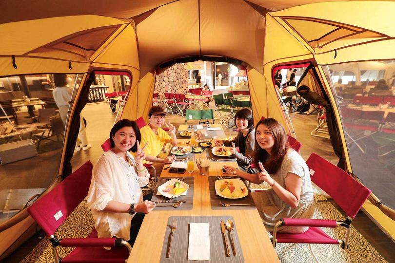 「逸.市集」是全台唯一設有「BBQ室內露營野餐區」的自助餐廳。(圖/于魯光攝)