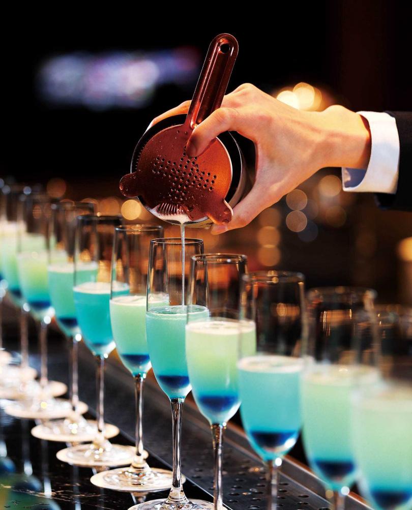 夢幻漸層的「亞特蘭提斯」特調,是船艙造型酒吧「Blu Bar」獨家酒品。(三八○元)(圖/于魯光攝)