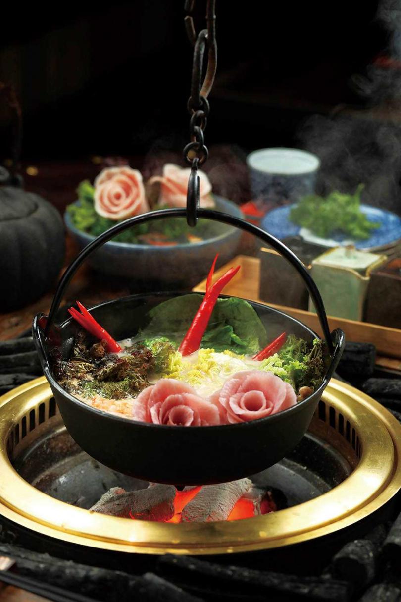服務人員依序將花團錦簇菜盤、玫瑰松阪豬放入鐵鍋中,好似火鍋花園。(無菜單料理套餐900元)(圖/于魯光攝)