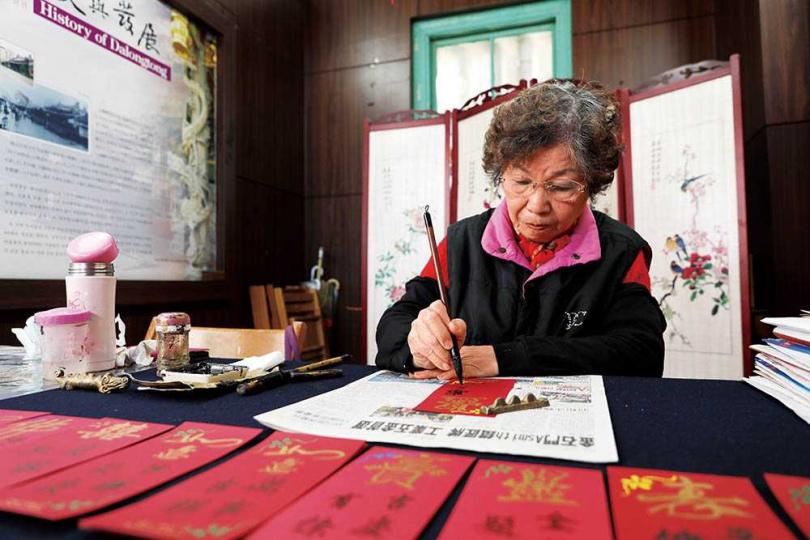 離開「臺北市孔廟」前,別忘了跟書法老師索取寫有吉祥話的「客製祈福卡」。(圖/于魯光攝)
