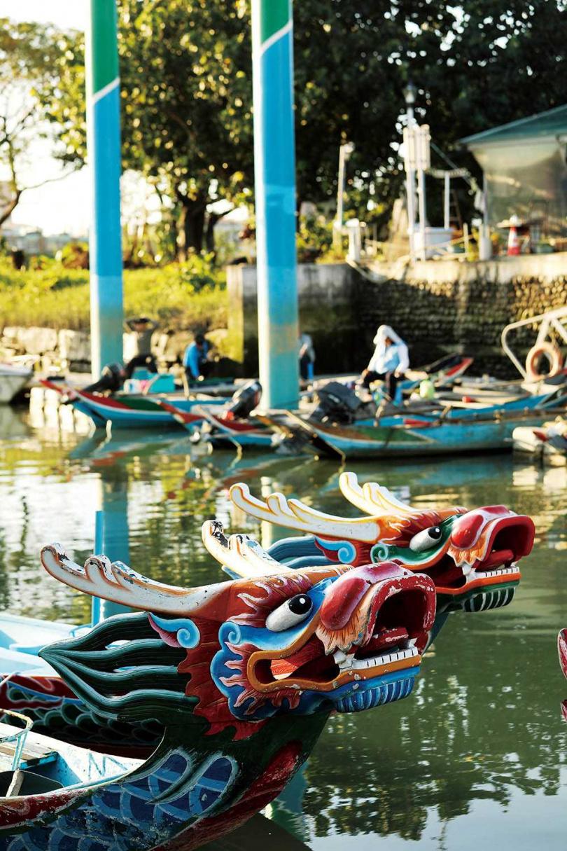 「三腳渡擺渡口」除了端午會舉行划龍舟比賽,平時停泊的龍舟也吸引遊客拍照。(圖/于魯光攝)