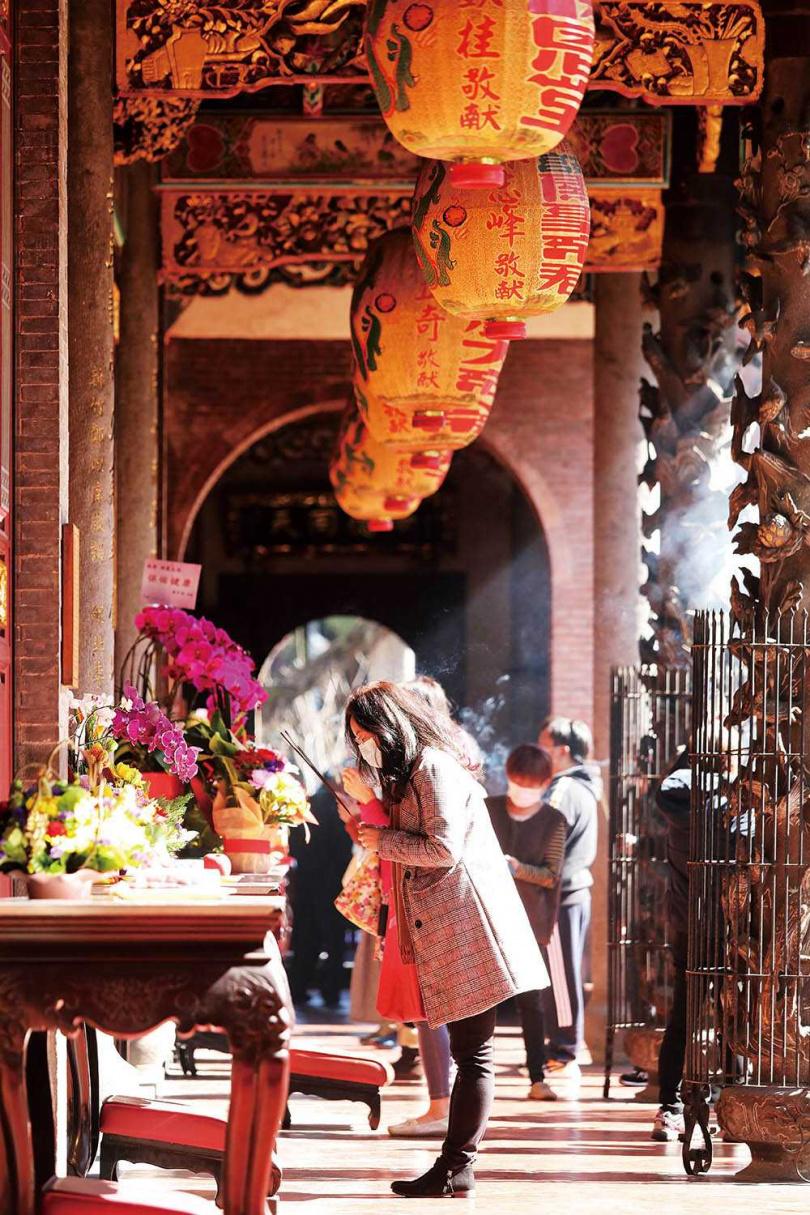 農曆春節到「大龍峒保安宮」拜拜,祈求平安健康。(圖/于魯光攝)