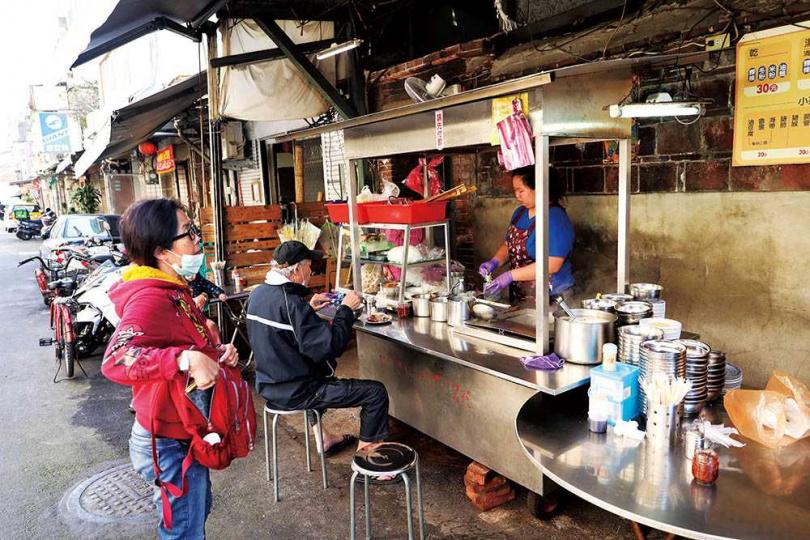 賣了三代的「大龍峒川記魷魚羹」,是許多人返鄉時會特別去回味的小吃。(圖/于魯光攝)
