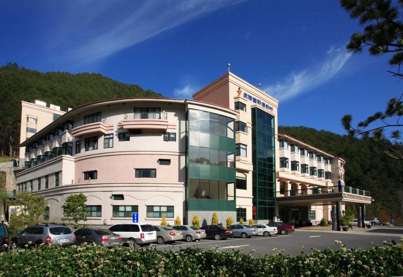 購買「紫藤花季・買一送一」住宿專案,可獲得武陵富野渡假村貴賓套房一泊二食住宿券。