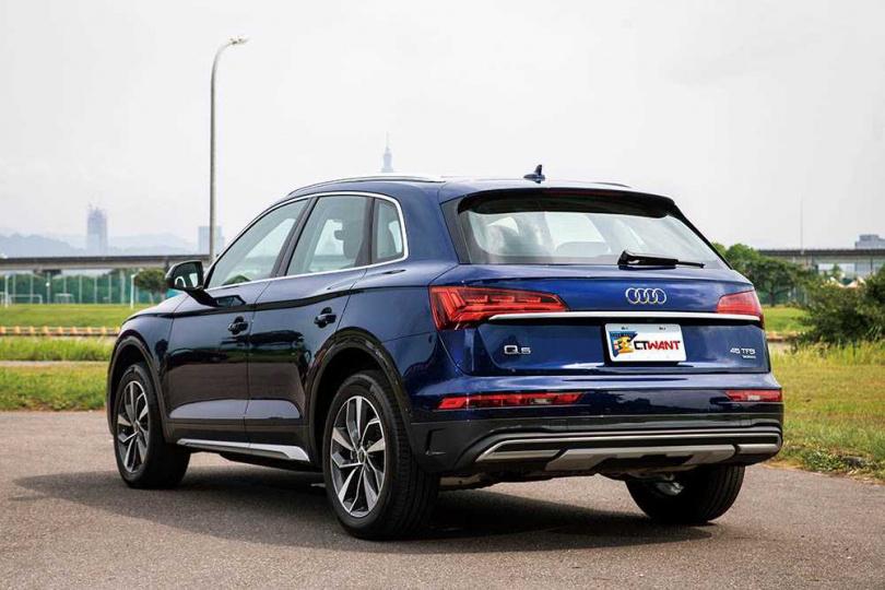 小改款Q5的車尾,以鍍鉻飾條建接兩側尾燈,視覺上更顯流線。(圖/張文玠攝)