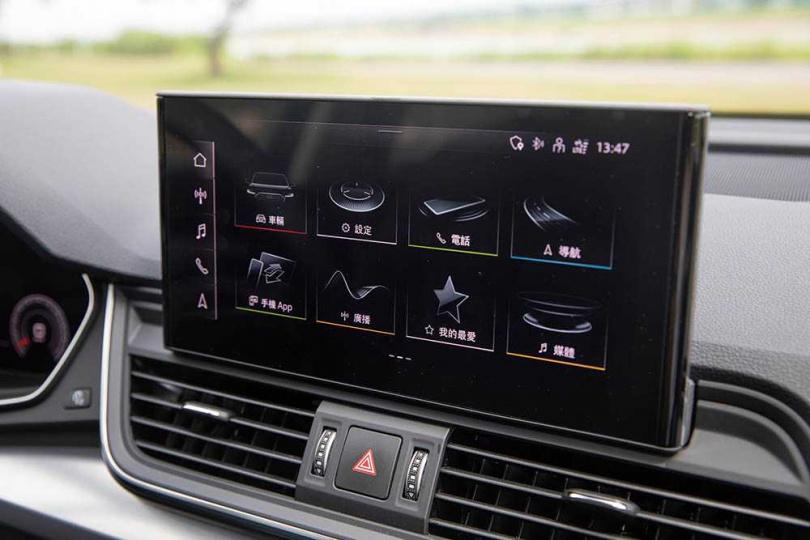中控螢幕從原本的8.3吋升級至10.1吋觸控螢幕,並支援無線Apple CarPlay手機連結功能。(圖/張文玠攝)