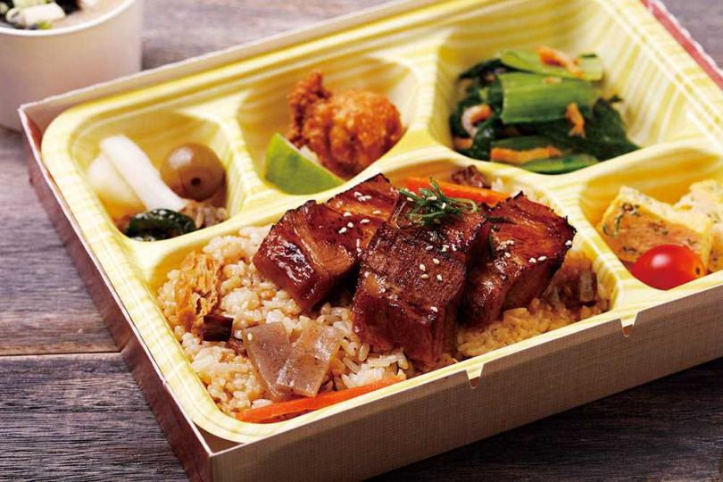 有日式滷肉飯之稱的「炙燒角煮釜飯」,風味濃郁富飽足感。(200元)(圖/餐廳提供)