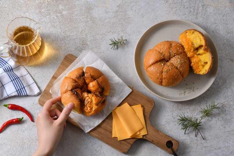 真芳辣肉蛋裝蒜包組,為業者與知名早餐「真芳」聯名,將真芳招牌辣肉蛋吐司與麵包結合,需整組購買。(669元,含爆漿大蒜酸乳酪裝蒜包X3與真芳辣肉蛋X3)