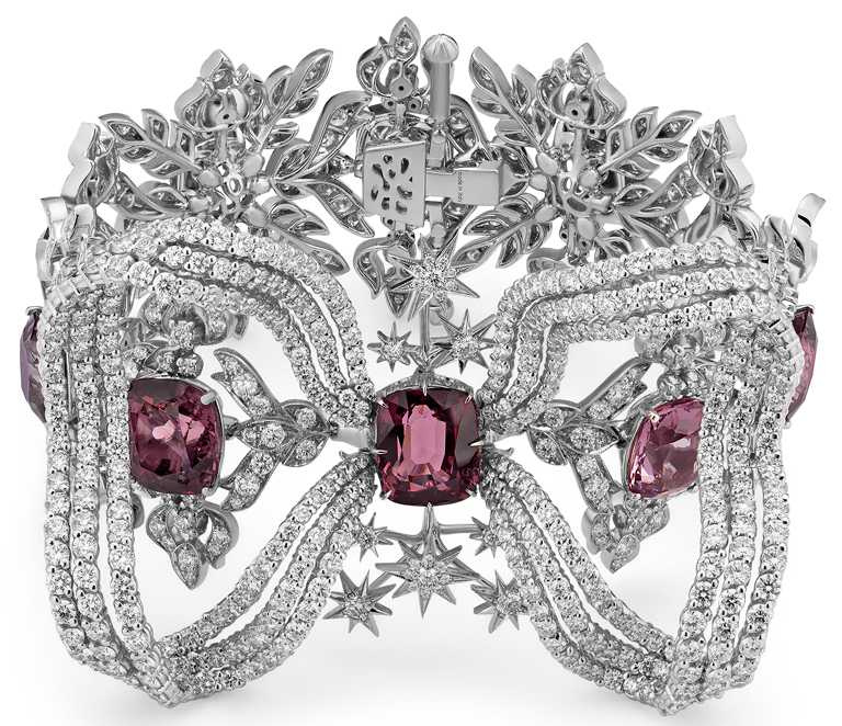 GUCCI「Hortus Deliciarum歡愉花園」系列高級珠寶,紅色尖晶石白金鑲鑽手鐲。(圖╱GUCCI提供)