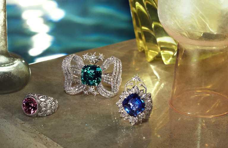 (由左至右)GUCCI「Hortus Deliciarum歡愉花園」系列高級珠寶,紅碧璽白金鑲鑽雙指戒指、帕拉伊巴碧璽白金鑲鑽蝴蝶結造型吊墜、藍寶石白金鑲鑽戒指。(圖╱GUCCI提供)